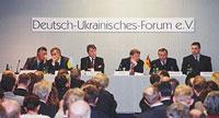 Віктор Ющенко (третій з ліва на право у президії) з Матіасом Кляйнертом (третій з права на ліво у президії) під час обговорення на тему «Україна після президентських виборів»